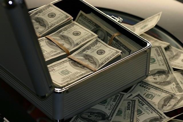 高登就帥氣的把手提箱掀開,滿滿現金就展示在大家眼前,那麼有派頭、那麼有面子阿!