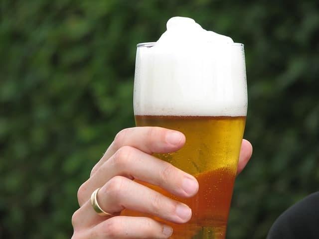 喝啤酒所用的啤酒杯。