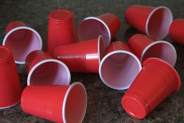 喝酒也可以拿塑膠杯