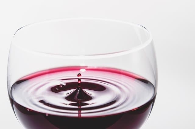 喝白蘭地與紅酒時所用的高腳杯
